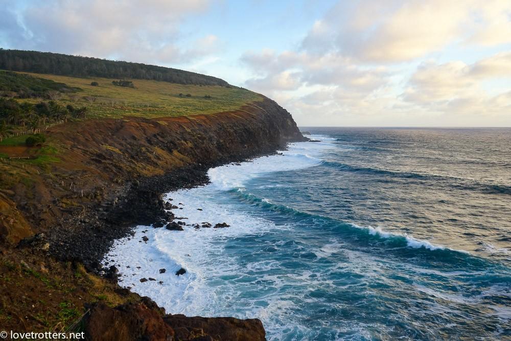 falaise donnant sur l'océan pacifique sur l'île de pâque