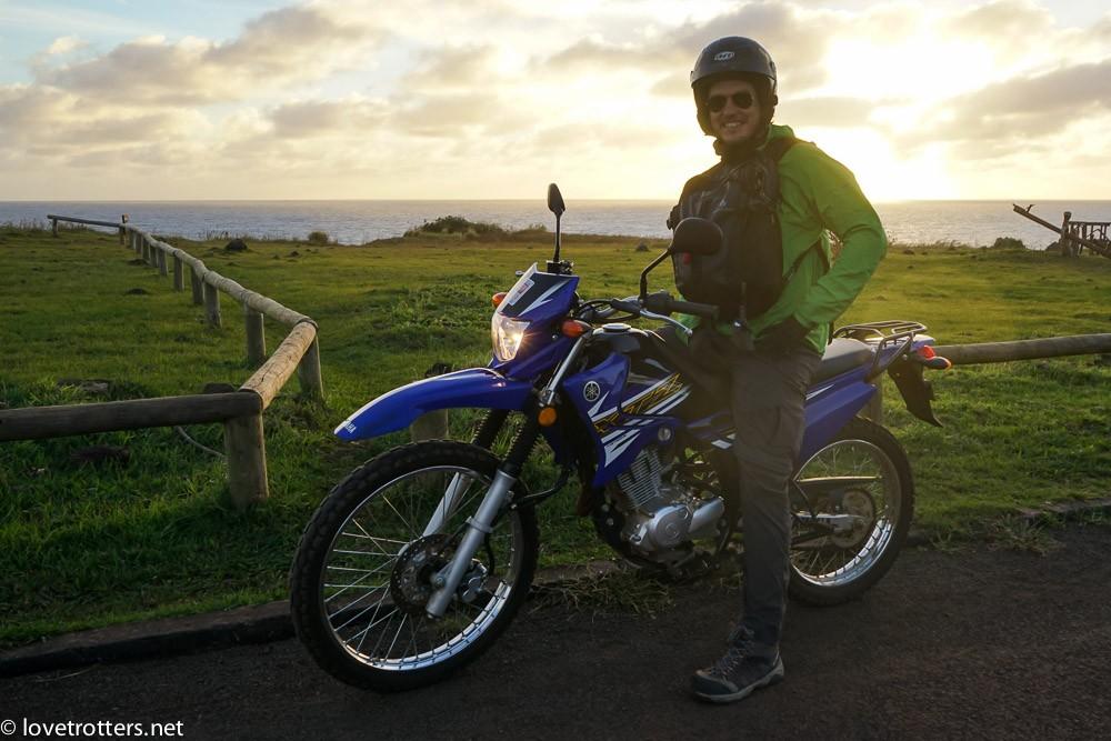 mike sur sa moto sur l'île de pâque