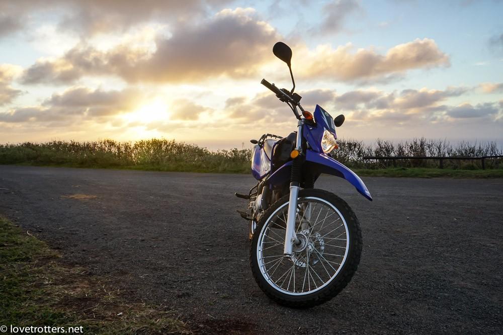 notre moto au coucher du soleil