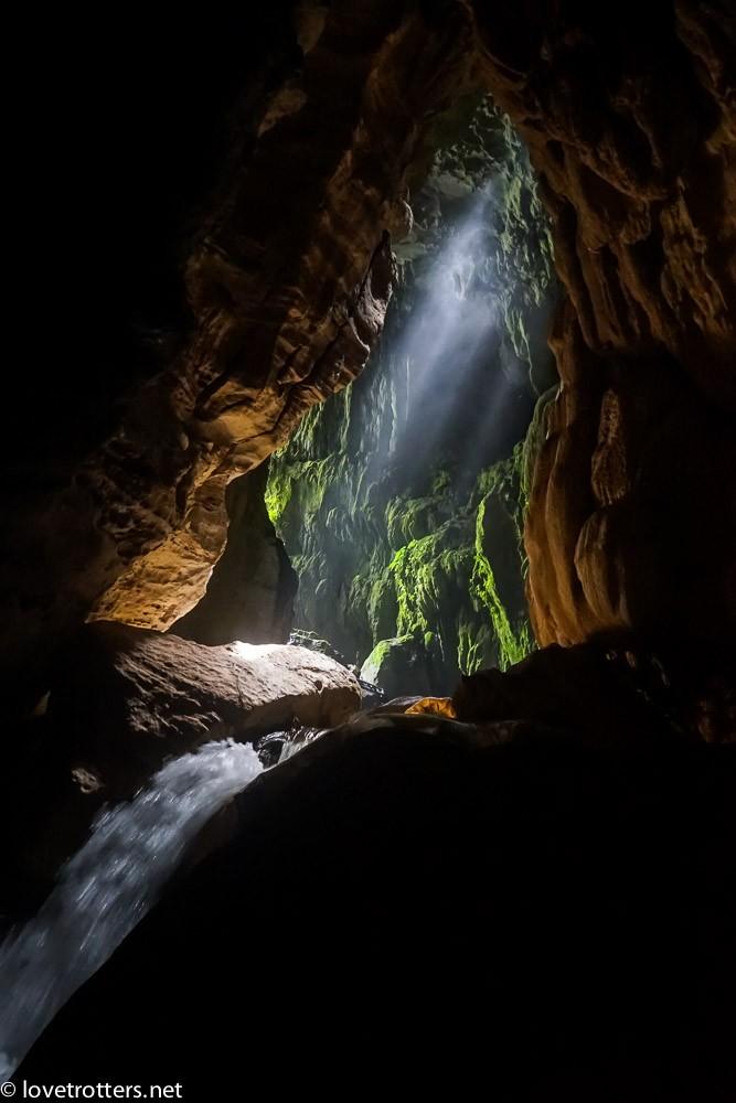 lumière dans la noirceur de la grotte millenium cave