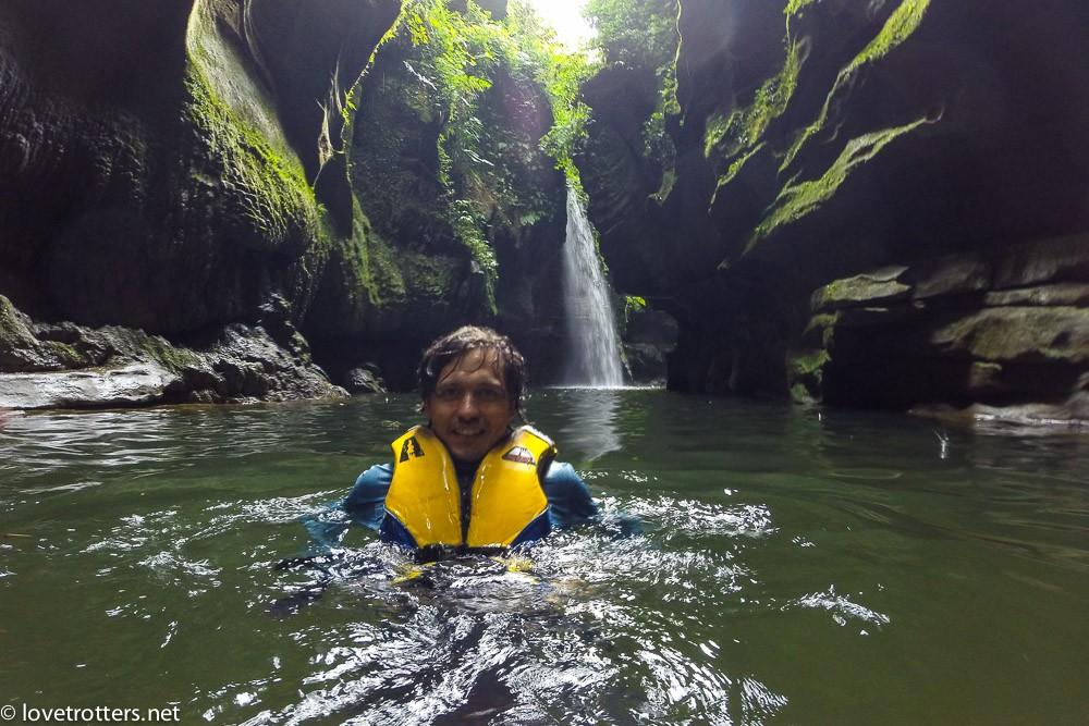 Nager dans la rivière après l'exploration de la grotte millenium cave