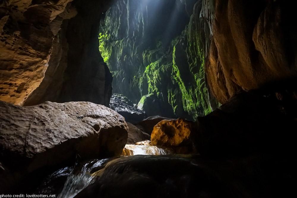 à l'intérieur de la grotte du millenium cave