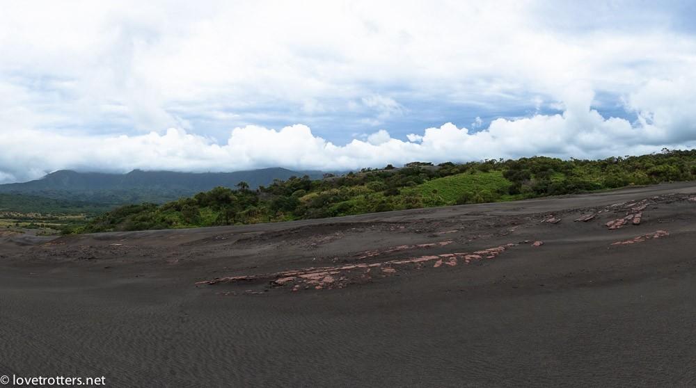 plaines de cendre au pied du volcan Yasur à Tanna