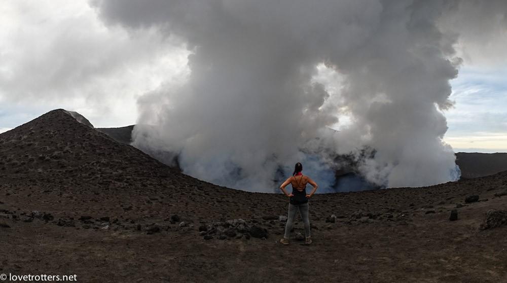 cratère fumant du volcan Yasur à Tanna