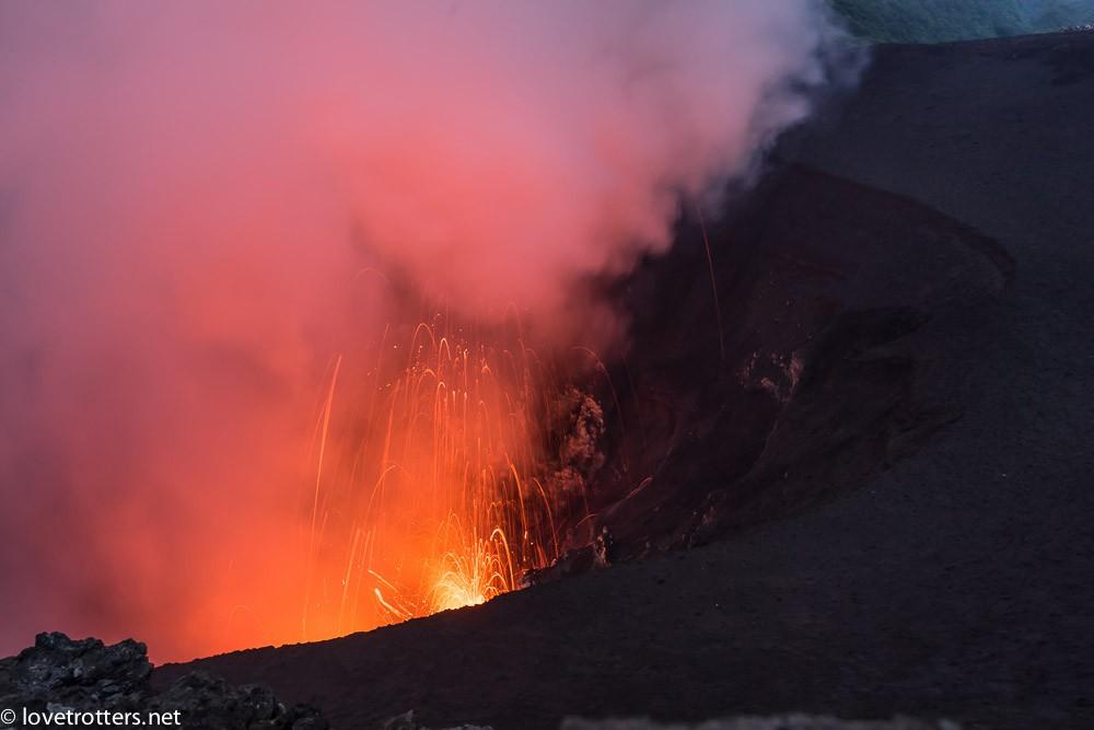 le volcan yasur à tanna en eruption