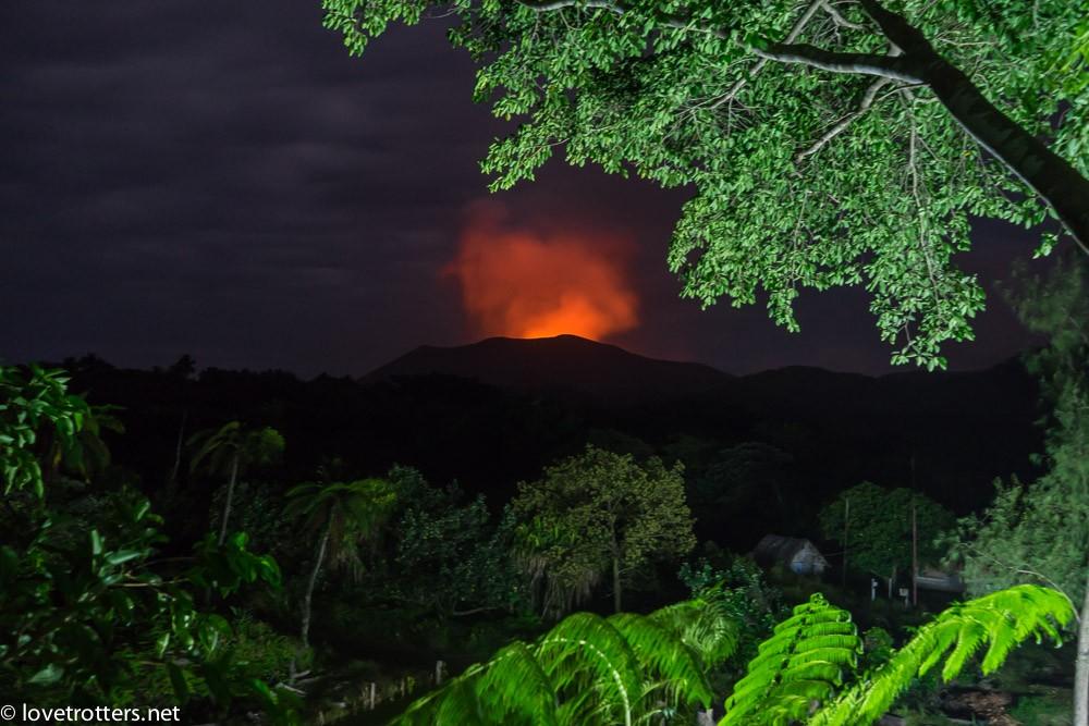 volcan Yasur à Tanna de nuit vue de la treehouse