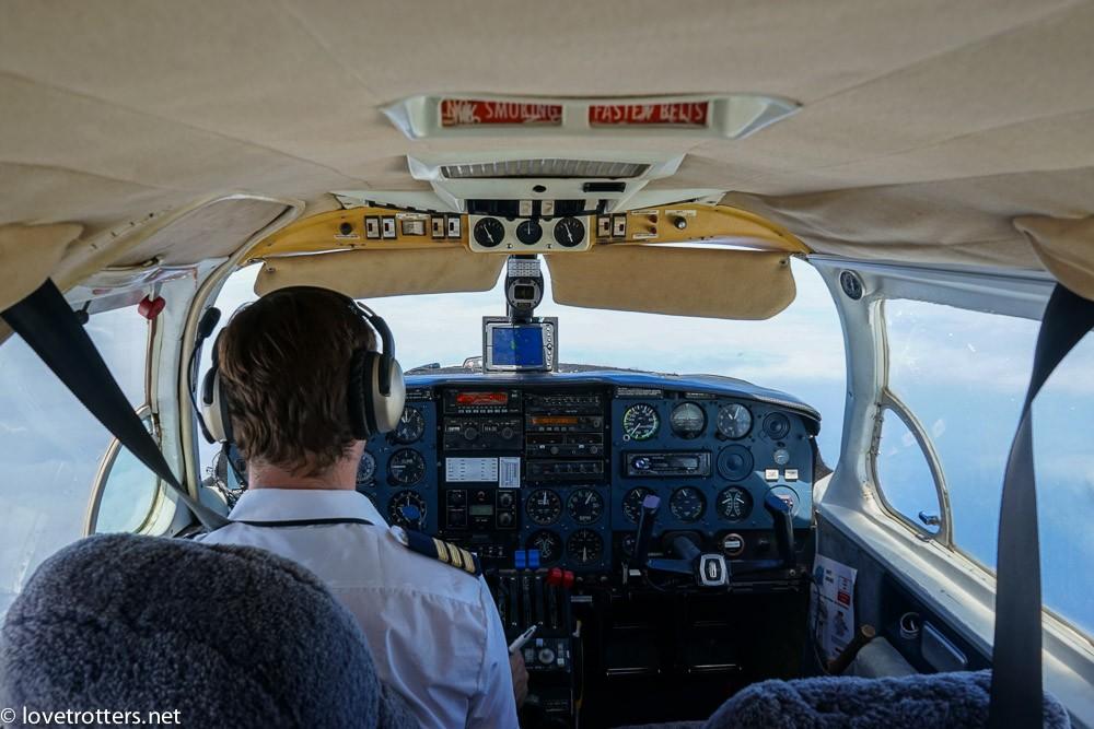 pilote de Unity airlines dans son cockpit