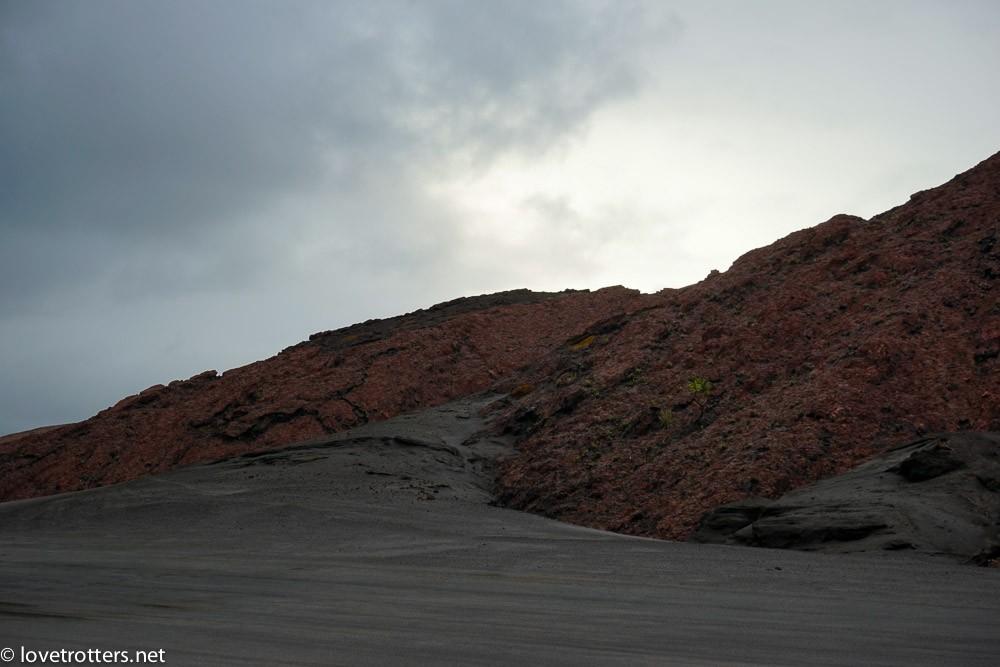 Mont yasur dans la plaine de cendre