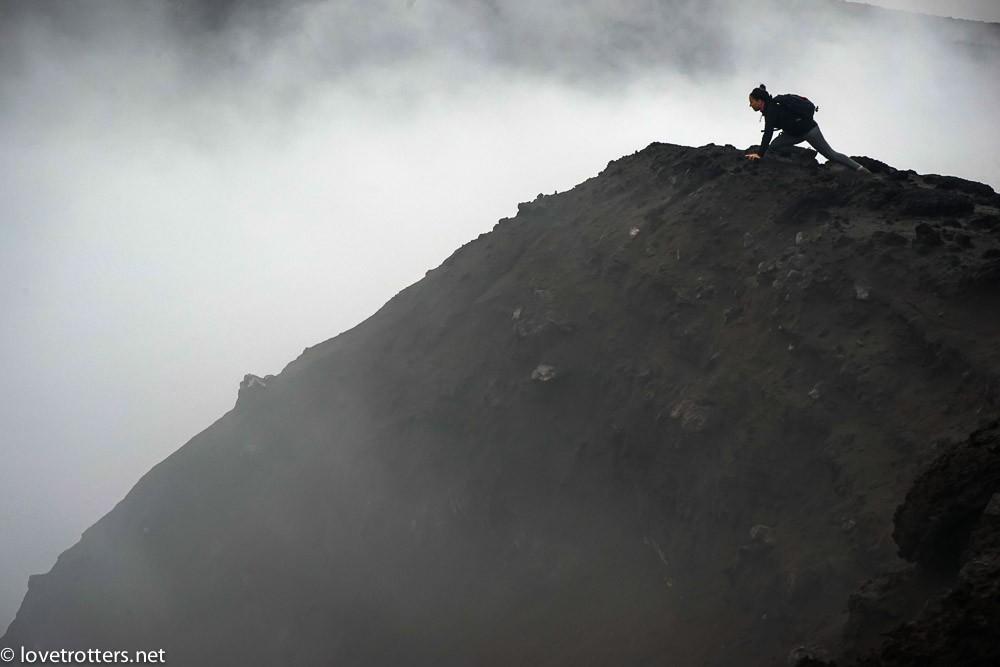 Au bord du cratère du volcan Yasur à Tanna