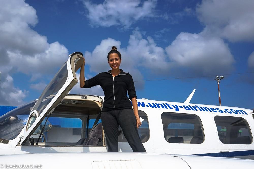 Nadia qui copilote l'avion de unity airli
