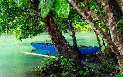 Pirogue et corde à Tarzan au blue hole Riri sur l'île Espiritu Santo au Vanuatu