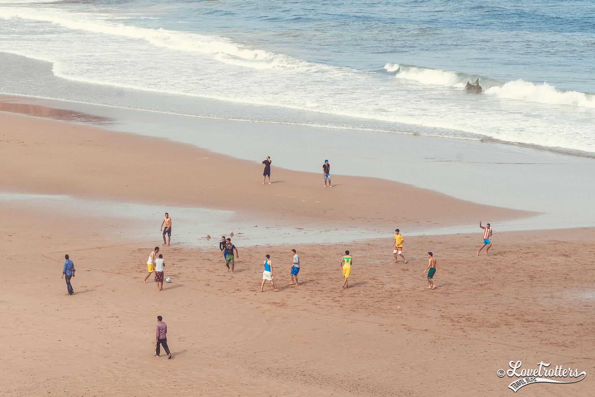 Football improvisé sur une plage de mirleft