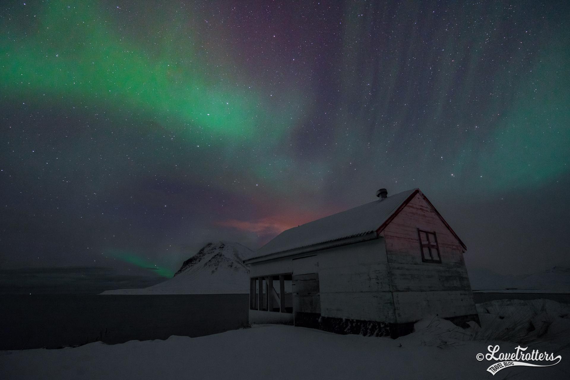 Aurores boréales sur une grange abandonnée sur la péninsule snaefelsness