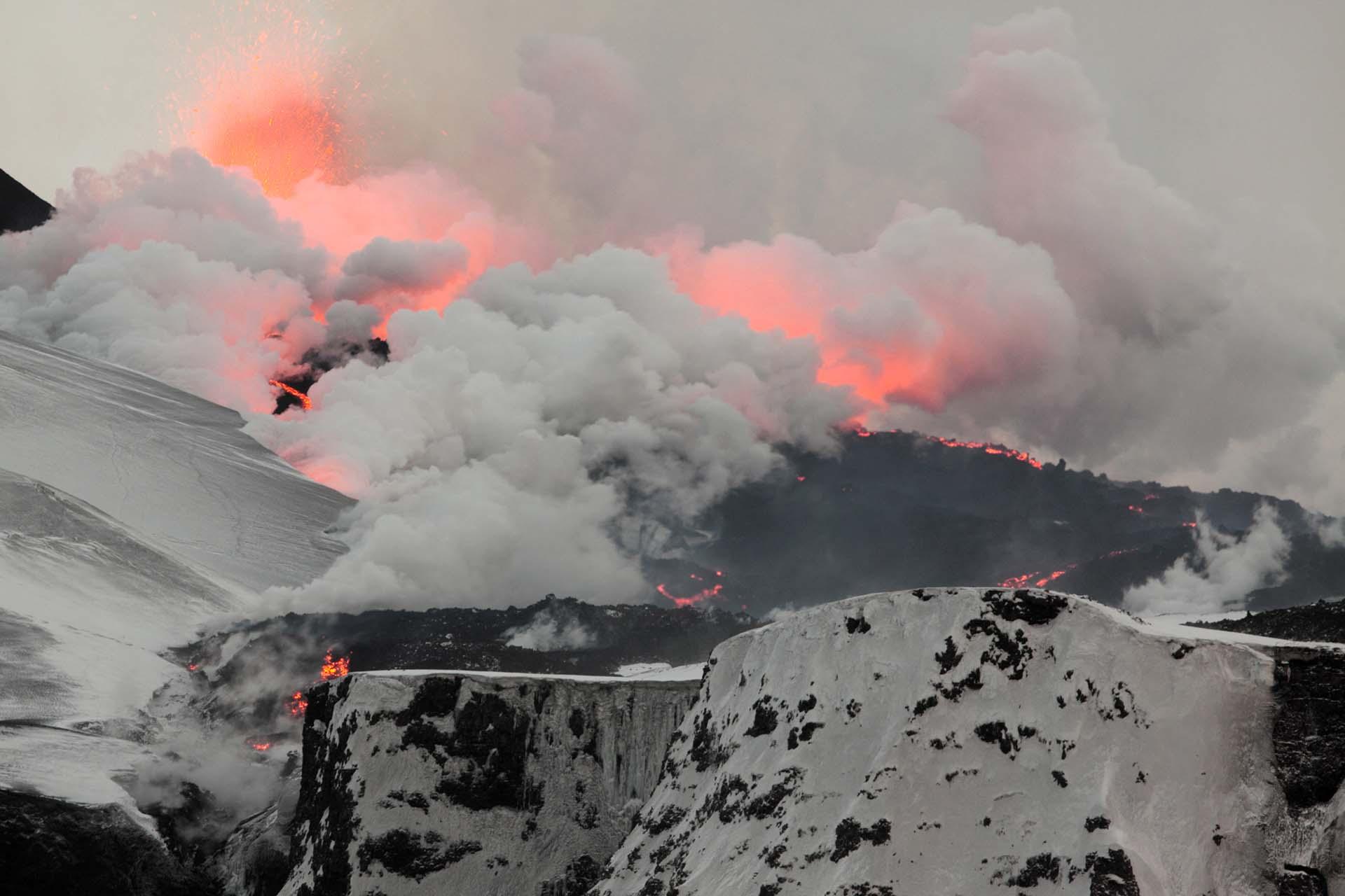 Volcan en éruption sur un des glaciers en Islande