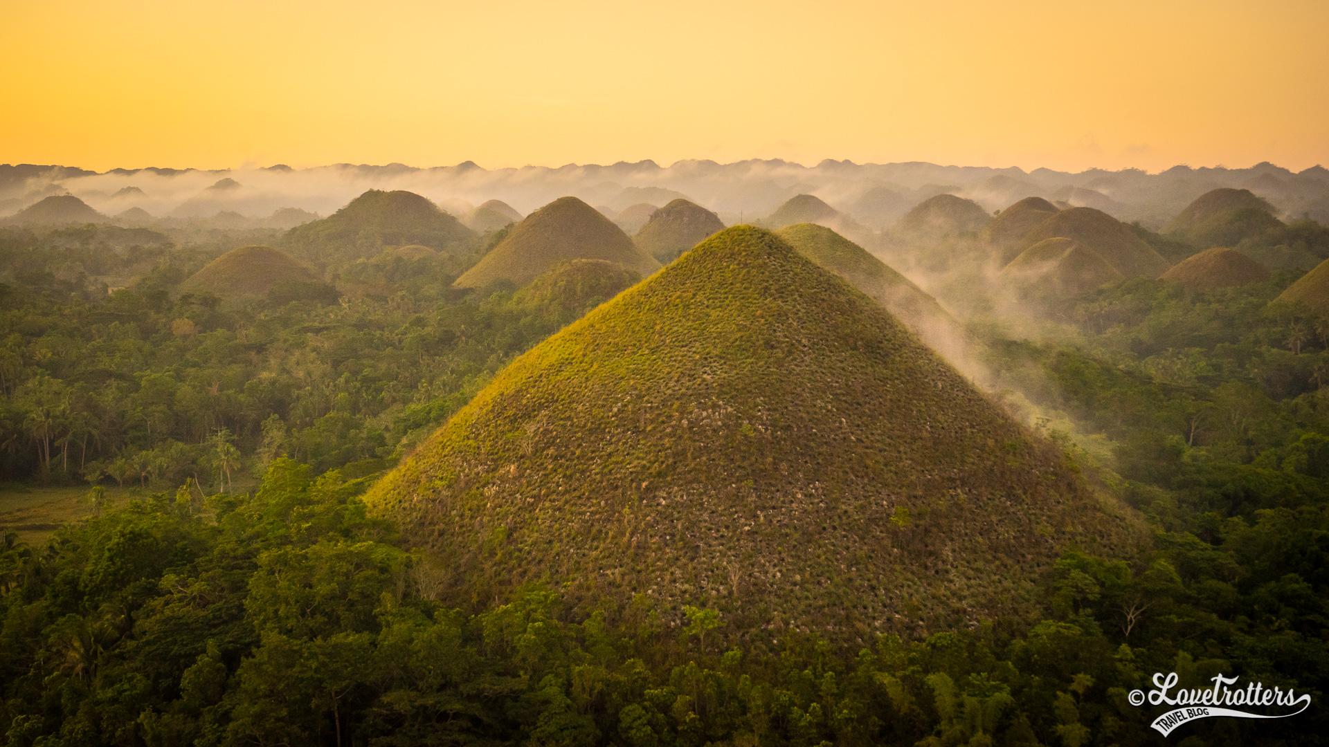 Lever de soleil sur les chocolate hills sur l'île de Bohol aux Philippines